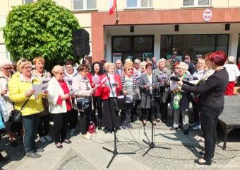 02.05.2019 r. Chór i sekcja biesiadna OUTW śpiewała pieśni patriotyczne na Rynku  Oleśnickim  podczas obchodów  uroczystości święta flagi.