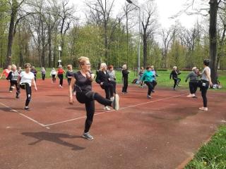 04.05.2021 r. Na boisku do siatkówki przy ulicy Wałowej  w Oleśnicy po długiej przerwie odbyły się zajęcia dla słuchaczy OUTW z gimnastyki.