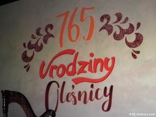 05.03.2020 r.  765 lat - tyle lat ma nasza Mała Ojczyzna - Oleśnica. Uroczystości  zamykające obchody tych urodzin odbyły się w sali MOKiS. Sala była  pełna. Byli także słuchacze oleśnickiego UTW.