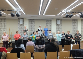05.12.2018 r. Słuchacze sekcji,teatralne, chóru i zumby na próbie przed występem w oleśnickim zamku.