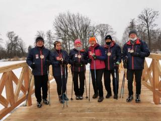 07.02.2021 r. Temperatura minusowa, śnieg, zimny wiatr nie było przeszkodą do marszu z okazji zbliżających się Walentynek. Seniorzy Nordic Walking Utw z uśmiechem na twarzy pomaszerowali zaliczając ponad 6 km. i sprawdzili  czy nowo oddany mostek jest wytrzymałysmile