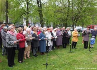 03.05.2017 r. Przy Pomniku Kombatantów w Oleśnicy odbyło się wspólne śpiewanie patriotycznych pieśni, prowadzone przez chór Uniwersytetu Trzeciego Wieku, wcześniej odbyła się uroczystość złożenia kwiatów i wieńców.