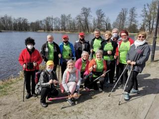 11.04.2021 r. Odbył się kolejny  wirtualny marsz nordic walking. Tym razem grupa słuchaczy maszerowała dla Kacpra. Było wesoło, bo do grupy seniorów dołączyli znajomi i rodzinka. Przeszli ponad 5 km.