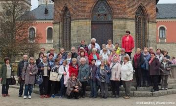 14.10.2017 r. Drugą częścią wycieczki było zwiedzanie Zamku w Sychrowie. Sychrov to niewielka miejscowość w północnych Czechach, położona na terenie popularnego regionu turystycznego Czeski Raj w odległości około 6 km w kierunku północno-zachodnim od Turnova. Główną atrakcją turystyczną jest tu majestatyczny barokowy zamek. Obecnie w pełni odrestaurowany zamek udostępniony jest dla zwiedzających. Rezydencja ta często porównywana jest do słynnych zamków Dolinie Loary. W pełnych przepychu zamkowych wnętrzach obejrzeć możemy m in. jedną z największych w tej części Europy, kolekcję francuskiego malarstwa portretowego.