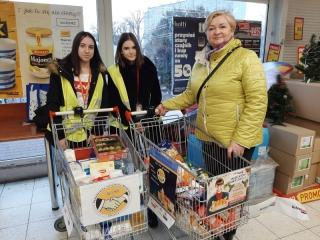 14.12.2019 r. Wolontariusze z OUTW brali udział w zbiórce żywności wraz z młodzieżą z organizacji SIM. ą