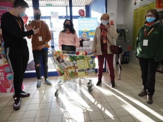 18.12.2020 r. W dniach 18,19,20 odbyła się zbiórka żywności w marketach przy udziale słuchaczy OUTW z organizatorami akcji  Oleśnicka SIM-ka
