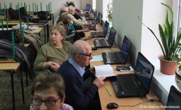 25.11.2017 r. Zajęcia komputerowe dla słuchaczy OUTW, które odbywają się w każdą sobotę o godz. 10.00 w szkole podstawowej Nr 1 w Oleśnicy.