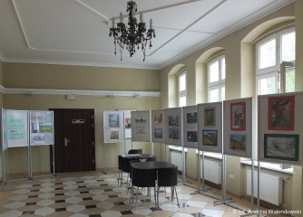 """26.04 - 06.05.2019 r. W holu biblioteki przy ulicy Reja znajduje się wystawa prac plastycznych inspirowanych """"Panem Tadeuszem"""" wykonanych przez słuchaczy sekcji plastycznej OUTW."""