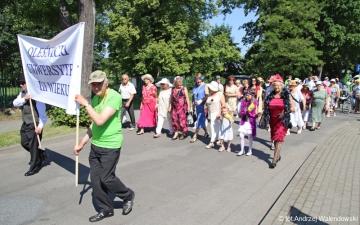 26.05.2018 r. W tym roku Dni Oleśnicy rozpoczęła  tradycyjnie  parada nawiązując  do lat 20 i 30  XX wieku z udziałem słuchaczy  OUTW, która przeszła z Amfiteatru nad stawami  do Rynku.