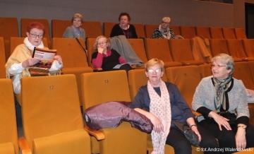 """27.04.2017 r. W sali widowiskowej BiFK przy ul. Kochanowskiego spotkał się klub miłośników opery prowadzony przez Urszulę Sikorę, gdzie oglądali operę """" DON GIOVANNI"""""""