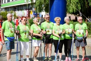 """27.06.2021 r.  Tradycyjnie grupa słuchaczy OUTW uczestniczyła w imprezach organizowanych w Bierutowie. Uczestniczyli w I Bierutowskim Biegu Miejskich i w tym roku pojechali na II Bieg.  Był bieg na 5 km ale """"oni"""" maszerowali na 1,5 km."""